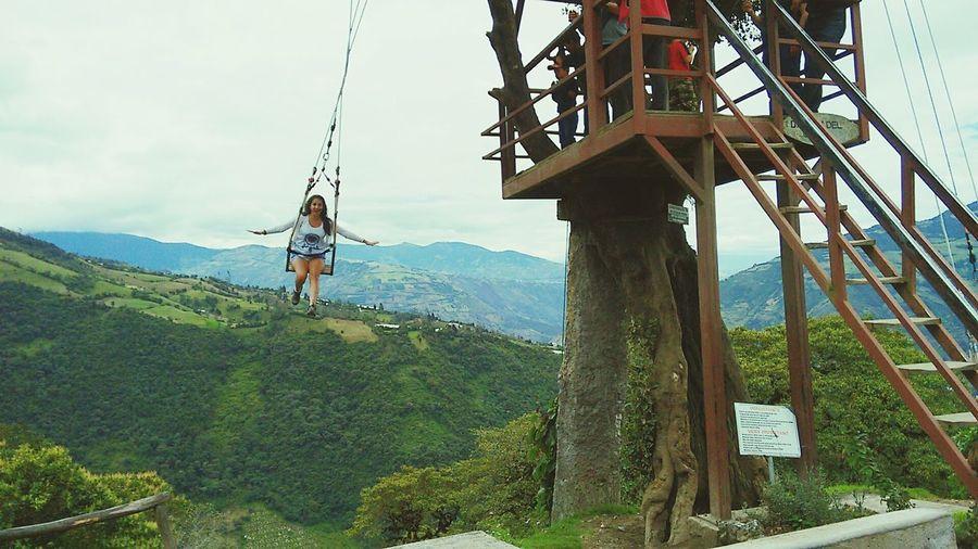 Columpio en la casa del árbol Columpio Swing Cielo Columpio Del Fin Del Mundo Casa Del árbol Tree House Woman Swinging