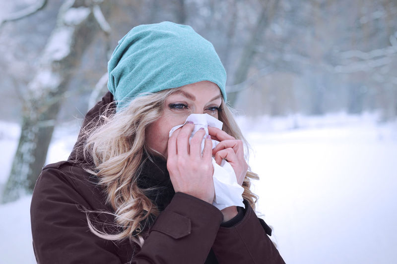 Blowing Nose Chill Cold Erkältung Flu Grippe Head And Shoulders Ill Influenza Outside Paper Tissue Person Portrait Real People Schnupfen Sick Sneeze Tissue Winter Wiping Nose Woman