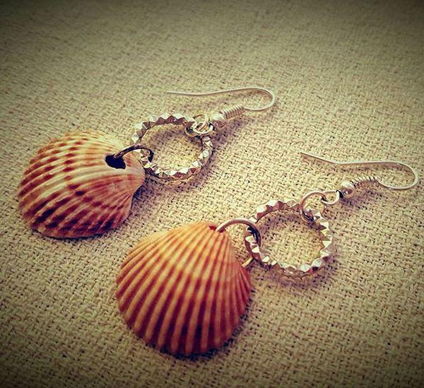 Shell earrings home made Earrings Homemade Homemadejewelry Shell Shellearrings Conchiglie Orecchinifattiamano Orecchini Orecchiniconconchiglie Bigiotteriaartigianale Bigiotteria Jewelry Summerjewelry
