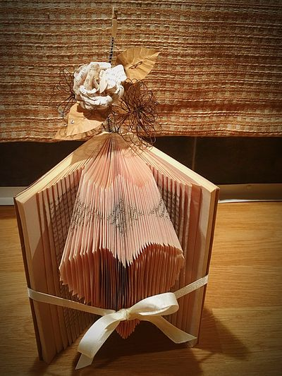 A gift for a friend Book Folding Check This Out Vintage Paperflowers Flower Love ♥ Heart Wire Flowers Photo Holder Giving Christmas Gift Handmade For You Handmade By Me