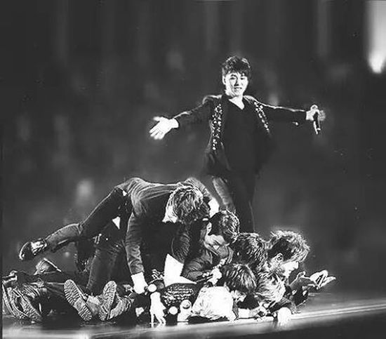 This is and not end 👏👏👏 who miss this momment .. I miss every momment when they are singing together, dance, laugh, playing a stranger games, or just hug each other .. Hahahha 😶😶😘😘😚😚😚😙😙😗😗😗 AndNotEnd Superjunior TheLastManStanding Elf EverLastingFriends BestMommentEver