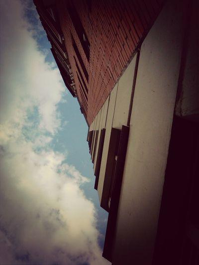 небо с кирпичами