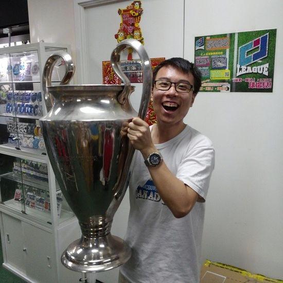 我終於捧起大耳獎盃,成為歐聯冠軍名人堂成員 Hkig 2014 Football Uefachampionsleague trophy 歐聯 kitroom 大耳獎盃