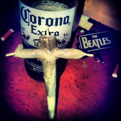 His first Crossjoint ? @aradhya1911 Epic Crossjoint Lovingit causeitmakesyouhigh hippies corona happy fun ???