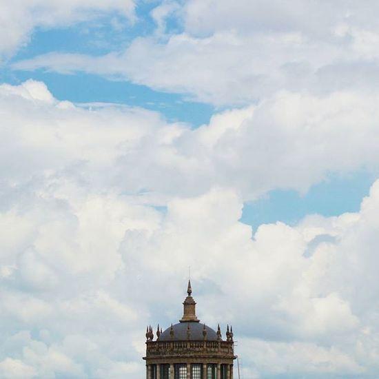 🚌 Nos encontraremos mañana, tal vez... en la Ciudad de la furia... bajo un cielo más que azul Mexigers Mexicoalternativo Hallazgosemanal Streetphotography_mexico