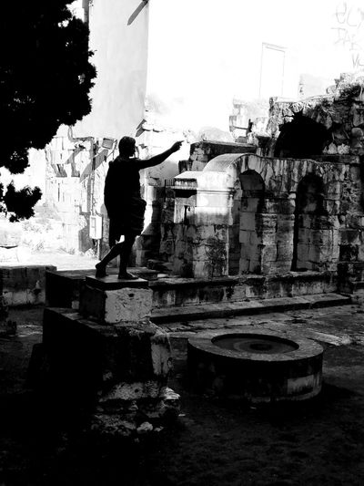 Ave Cesar Ruins_photography Ruins Statue Silhouettes And Shadows Silhouette_collection Bnw_life Bnw_captures Bnw_collection Bnw_worldwide Bnw Photography Real People Architecture Built Structure Day Silhouette