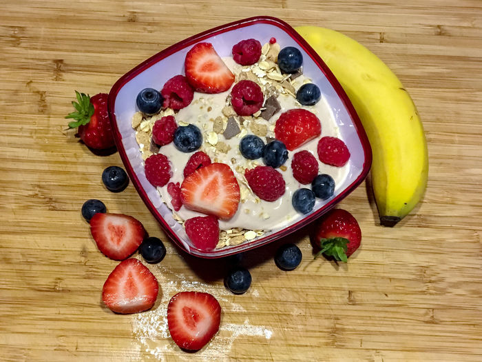 Gesundes Frühstück Banana Morning Berry Fruit Blueberry Close-up Corn Food Food And Drink Freshness Fruit Healthy Eating High Angle View Indoors  Müsli No People Raspberry Still Life Strawberry Table Temptation Wellbeing Wood - Material Yoghurt And Fruit The Still Life Photographer - 2018 EyeEm Awards