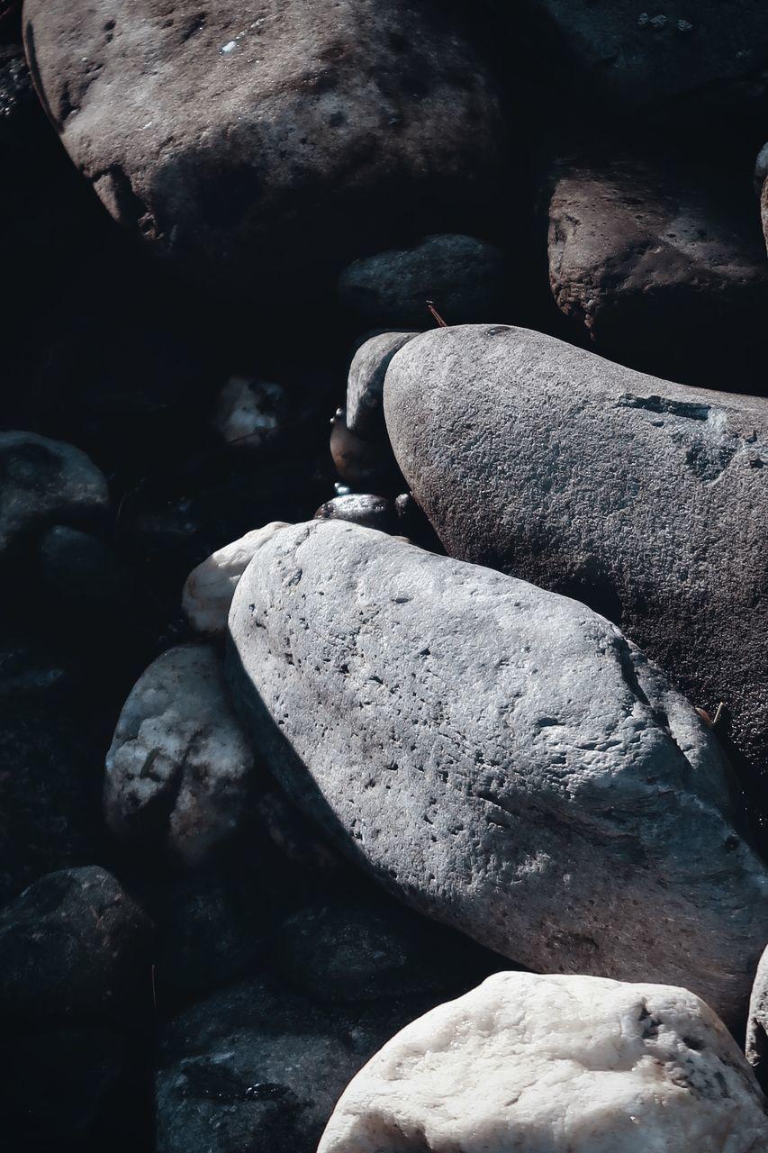 HIGH ANGLE VIEW OF STONES ON ROCKS