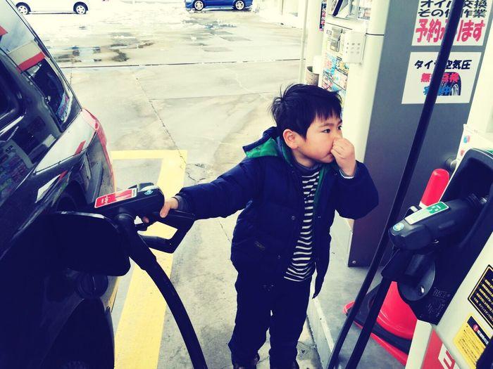ガソリン高騰 セルフ Self Gasoline 鼻つまみ 給油 雪道 の 運転 Transportation Car Standing One Person Day Adults Only Indoors  People Young Adult Adult