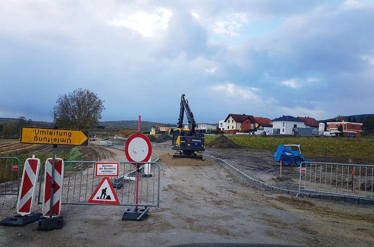 Umleitung Baustelle Bagger Gatsch Dreck Absperrung Fahrverbot Text Road Sign Cloud - Sky