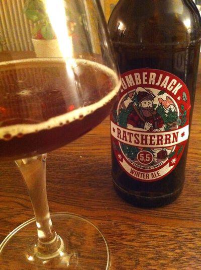 Ratsherrn Lumberjack Winter Ale @ Home. Malzaromatisches Red Ale aus Hamburg. Fruchtig im Antrunk, dann schlägt die Bittere kräftig durch ... Bier Craftbeer Biers & Bars
