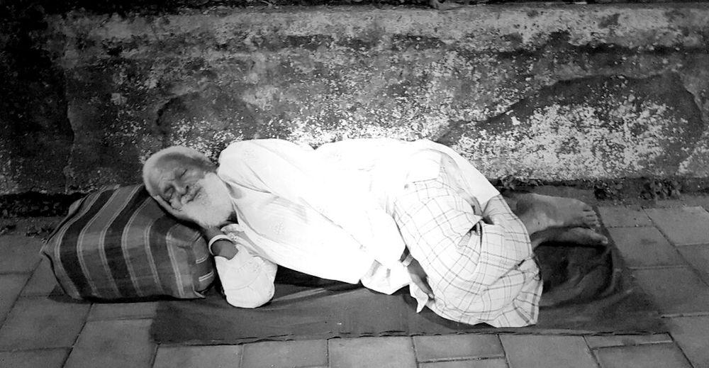 Senior Adult Homeless Man Poor Man Poorpeople One Senior Man Only Outdoors Sleepingonstreet