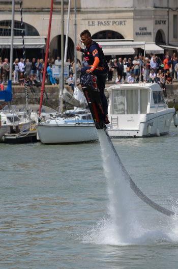 Démonstrations pendant la Semaine du Nautisme de La Rochelle dans le Vieux Port le 19 juin 2016. Demonstration Hoverboard Hoverboard Aquatique La Rochelle, France Nautisme Overboard Semaine Du Nautisme Vieux Port