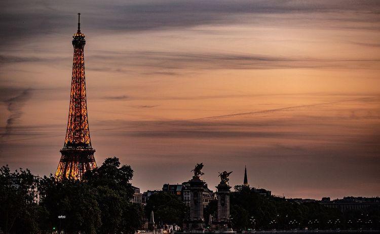 Mysterious Paris Paris Sunset Sun EyeEm Best Shots Bestoftheday Photooftheday City Architecture Sky Built Structure Travel Destinations Sculpture Tourism Sunset