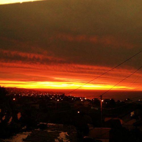 y cae el atardecer en el horizonte, como una flameante llama que ilumina nuestras almas,un momento para reflexionar dejando atras lo viejo q un nuevo dia comenzara. 🌔