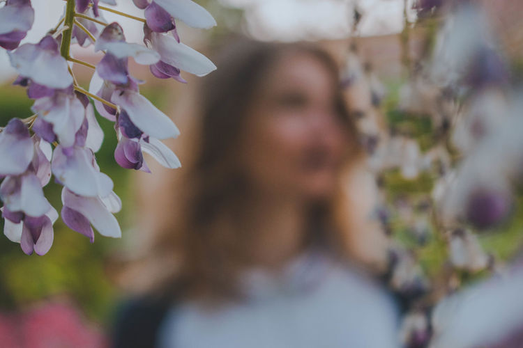 Flowering Plant Flower Plant Fragility Vulnerability  Freshness Beauty In Nature Growth Close-up Real People Selective Focus Purple Headshot Focus On Foreground One Person Nature Day Petal Portrait Leisure Activity Flower Head Springtime Hairstyle