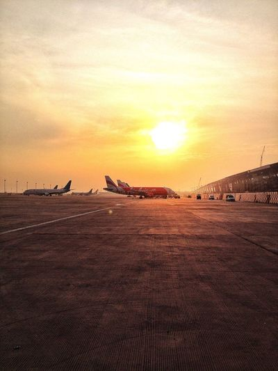 🎧 ... i'm looking to the sky to save me Learntofly Goodmorning Airport Sunrise Morning