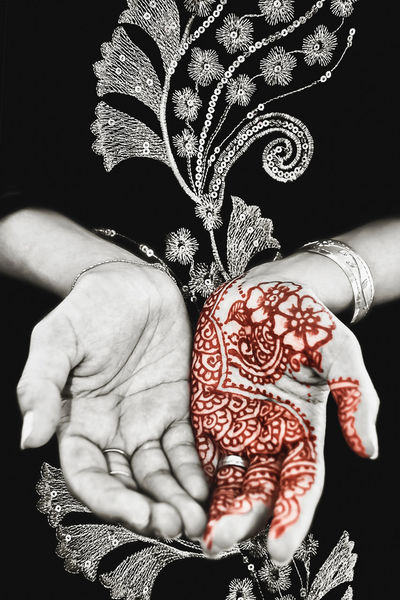 Henna design on a muslim woman's hand selective colour black dark background Art Beautiful Black Black And White Dark Decoration Design Floral Hands Henna Henna Art Henna Artist Henna Design Henna Tattoo Henna Tattoo ❤ Indian Model Muslim Palm Prayer Red Selective Color Single Traditional Woman