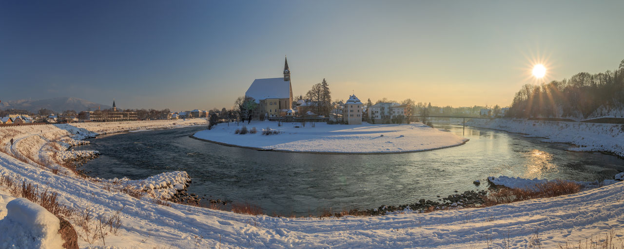View over the Border in the middle of the Salzach River to Laufen in Germany Austria Bend Border Germany Laufen Maria Himmelfahrt Oberndorf Bei Salzburg Salzach Sun Winter