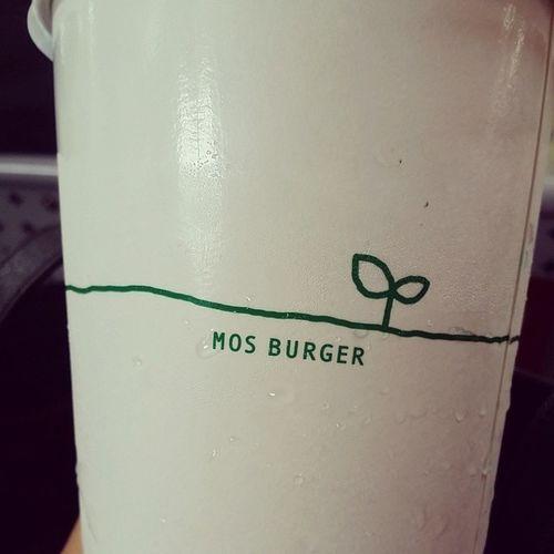 메론소다 모스버거 Mosburger 맛스타그램 먹스타그램 버거는안시키구 메로소다만... 투명한 테이크아웃잔에 주는줄알고 젤큰잔 주문했는데 웬걸!!! 걍 하얀컵에 주는건 뭔지...