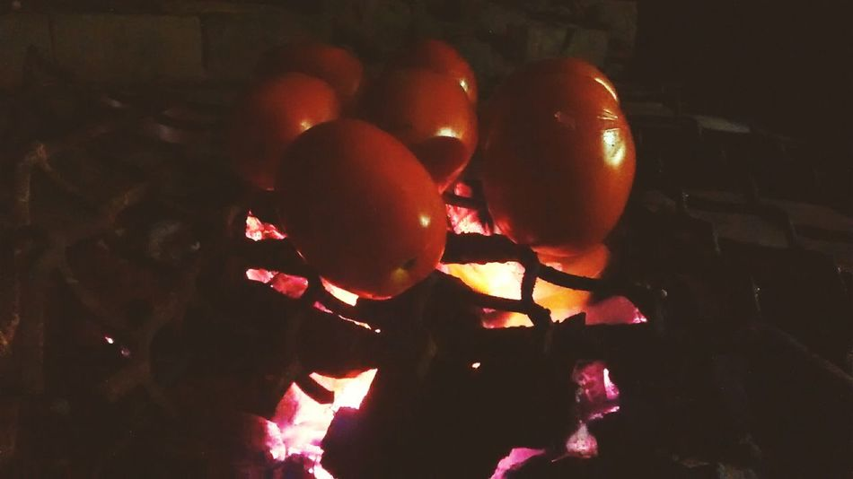 Tomatoes coal fire... Eyeem Popular Photos Foodphotography Alimento Vegetables Color Portrait Open Your Eyes For Amnesty International Frutas Frutas Y Verduras Getting Inspired