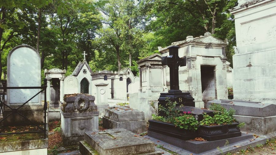 Built Structure Tree Day Outdoors Architecture Grave Graveyard Collection Graveyard Beauty Grave Stones Grave Sculpture Cemitery Paris, France  Paris Parisian Famous People Famous Place Père Lachaise Cimetière Du Père Lachaise Travel Photography
