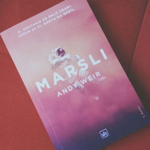 Isgalci'nin bitmesine cok uzuldum ama sonunda Marsli'yi okumaya basladim. 💙📖Themartian