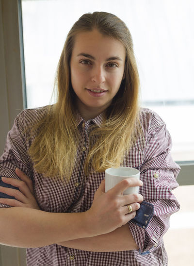 One Person Young Adult Front View Drink Looking At Camera Young Women Portrait Coffee Real People Coffee - Drink Waist Up Cup Food And Drink Indoors  Holding Mug Lifestyles Coffee Cup Long Hair Hairstyle Hair Beautiful Woman Drinking