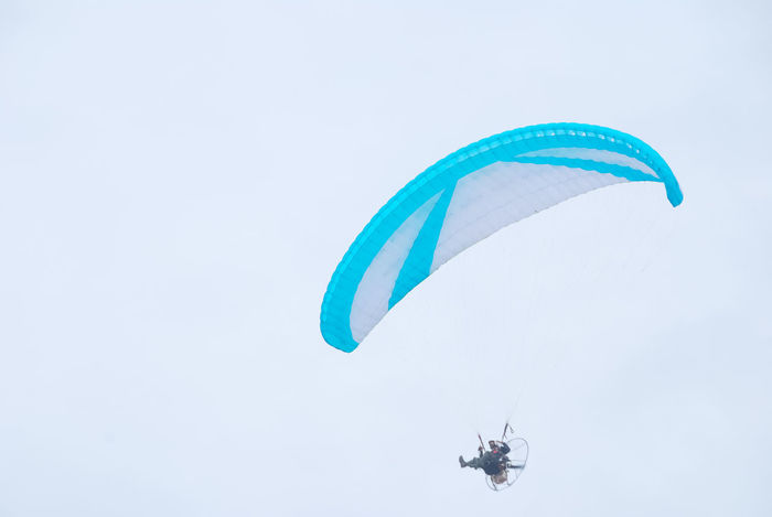 Fly Paralayang Minimalist Leisure Activity Lifestyles Sports Photography Sport Extreme Sports Sports Aero Sport Parashut Aero Flying In The Sky Outdoors Day Fly Flying Paramotor Minimalism Paragliding Mid-air Parachute Skydiving