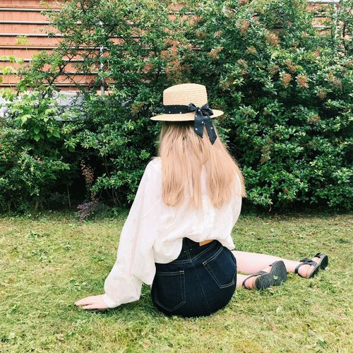 Bow Summer Sun Jeans White T-shirt Green Color Girl Legs Bonnet Hand Grass