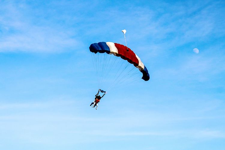 Sommergefühle Mid-air Leisure Activity Flying Real People Low Angle View Extreme Sports Adventure Lifestyles Parachute Two People Day Fun Sky Outdoors Nature Sport Paragliding People Cloud - Sky Extreme Sport Be. Ready. An Eye For Travel Go Higher Visual Creativity Summer Sports Be Brave