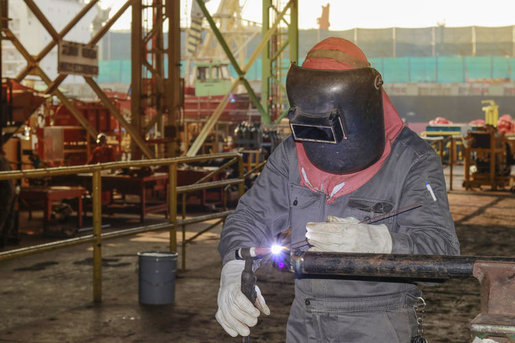 Metal Industry Men Welder Protective Workwear Shipyard Occupation Industry Hooded Shirt Welding Steel Worker Construction Worker Car Plant Reflective Clothing Stoke On Trent Hood - Clothing Barbed Wire Steel Mill Hardhat  Sparks Worker Protective Mask - Workwear Construction Site Grinder Scaffolding Construction Frame Building Contractor Building - Activity Inspector Circular Saw Razor Wire