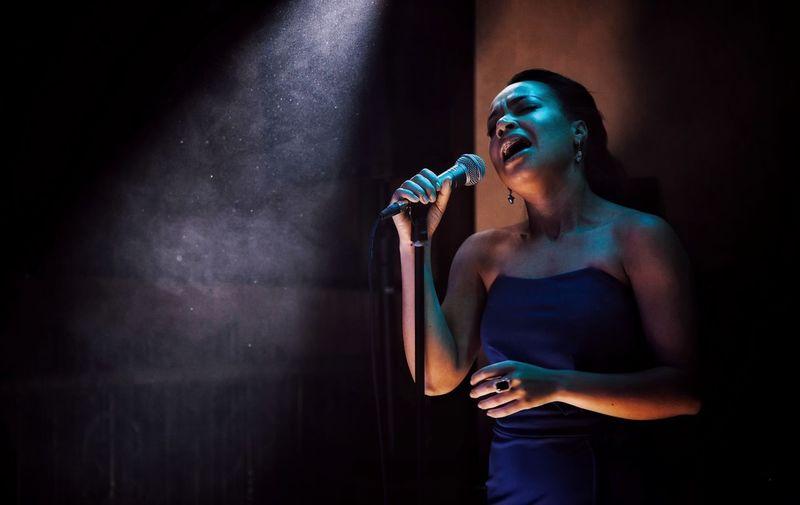 концерт девушка микрофон поет певица Performance Young Adult Microphone Input Device Performance Young Adult Microphone Input Device