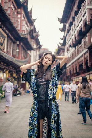 """朋友圈里有个刚毕业的小朋友说""""……我一定要做一个非常酷的人……"""",但好像我接触下来,大部分照片上非常酷的人,生活中真的还挺逗比的 😄😄😄 BABYGHOST Streetphotography Taking Photos Color Portrait Portrait Getting Inspired Walking Around Shanghai Nikon 35mm"""