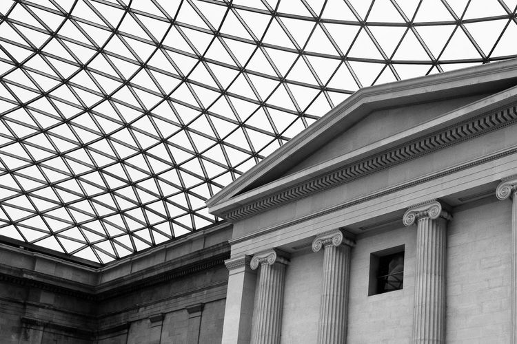 16 December 2018, London. Photographers usually are attracted to the British Museum Architecture - black and white Architecture Built Structure Building Exterior Day British Museum Black And White Old And New Columns Pillar 17.62°