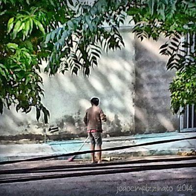 """Diga onde você vai que eu vou varrendo"". Streetpeople Ig_energy_people Ig_global_people Ig_streetpeople urban neighborhood colors city zonasul saopaulo brasil photography"