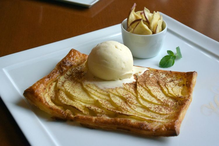 Close-up of apple pie with ice cream in plate