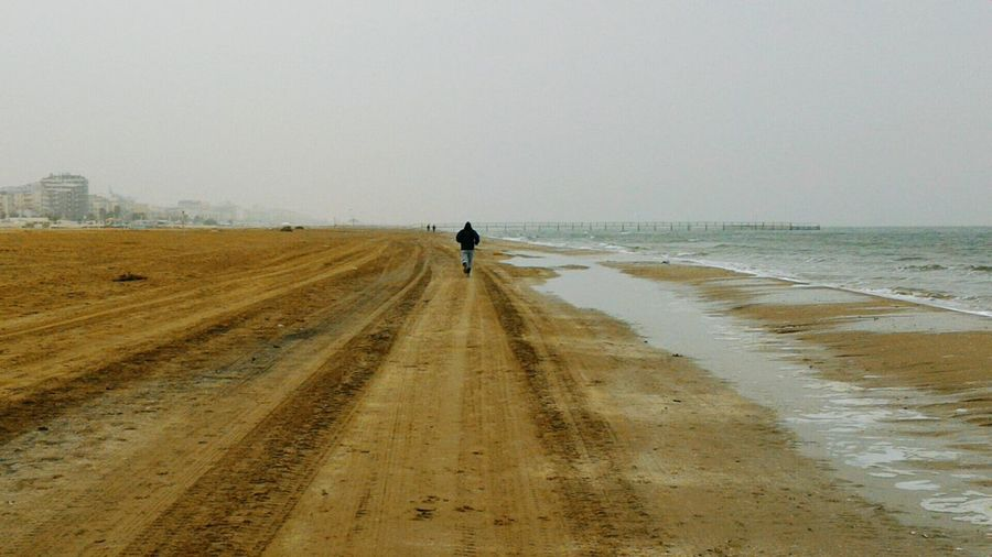Mare Footing Jogging Sea Sport Onthebeach Fitness One Person One Man Only Sea Sealandscape Maredinverno WinterSea WinterSeason Cold Coldays Outdoors Spiaggia Beach Correre Running People Foggyday Grigio EyeEmNewHere