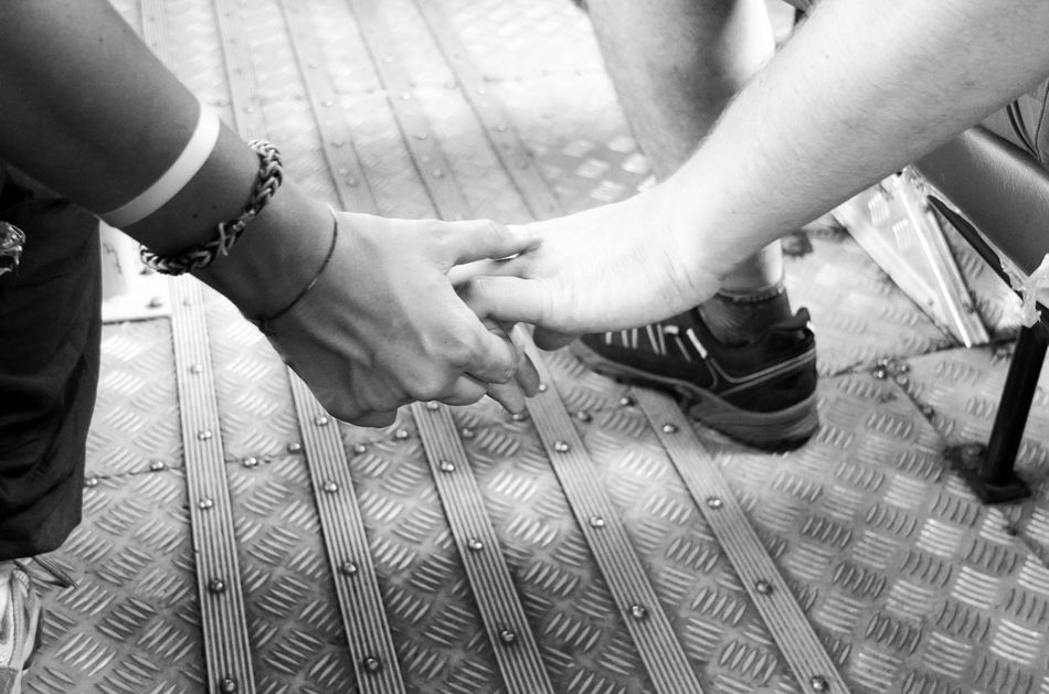 Hand In Hand L'amour Unbeobachtet