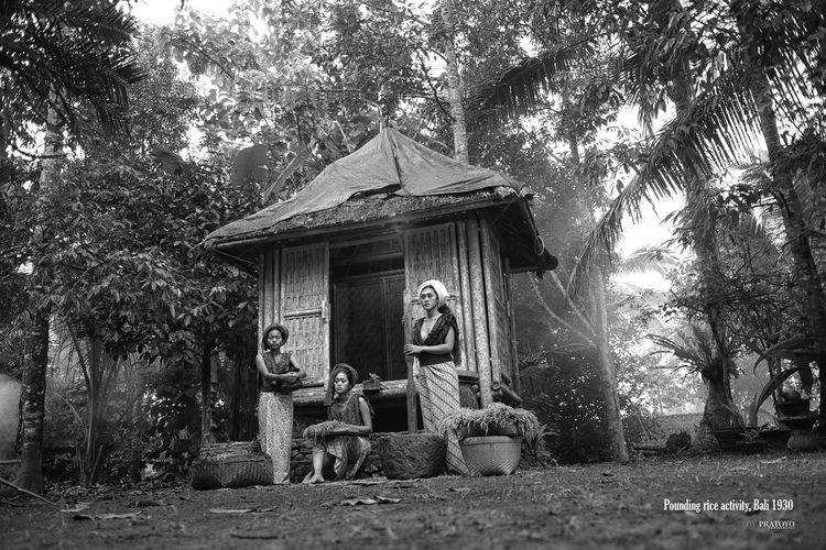 pounding rice is a tradition of the past Balinese Life Females Sisters Womens Portraiture Balinese Culture Balinesegirl Black And White Womens
