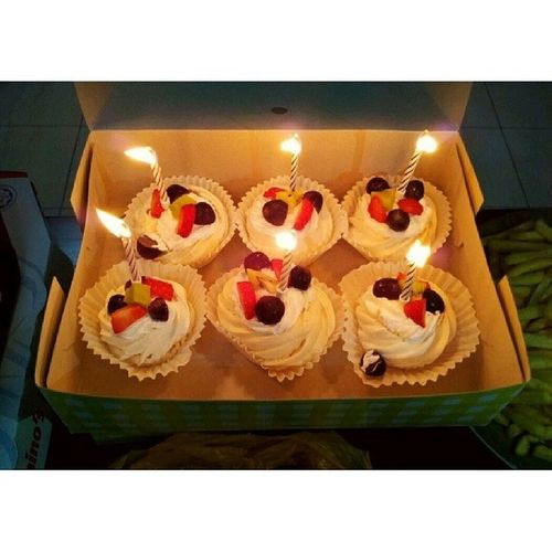 Awww mini party with my lovely housemates! Next month half of us will be moving out. Uwuuuu tinggal lah aku yang still stay sini. Sobsob. Btw, pavlova sedap from @ruzita_mohamed thanks akak siap bagi free lagi hee :) Pavlova Miniparty With Housemates love teaser