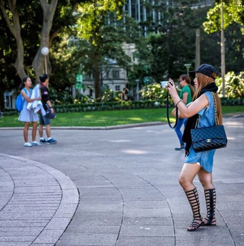 Shooting Style Australia Sydney Nsw Street Street Fashion Street Style Streetphotography Colorphotography Fashion Style People Candid Urban City Bag Hat Camera Hyde Park FujifilmXPro2 Xf35mmf2 Fujiusers