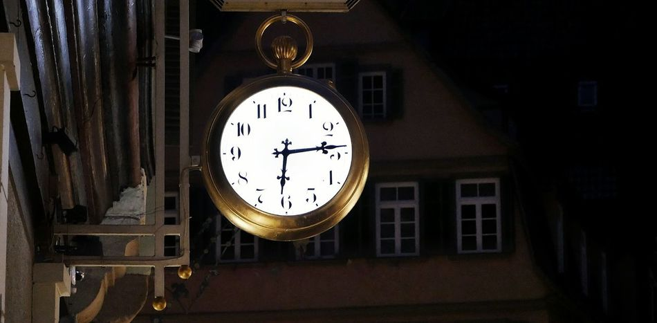 Jeder kann wütend werden, das ist einfach. Aber wütend auf den Richtigen zu sein, im richtigen Maß, zur richtigen Zeit, zum richtigen Zweck und auf die richtige Art, das ist schwer. - Aristoteles🕙🌃 Time Wall Clock Clock Face No People Minute Hand Indoors  Night Instrument Of Time Hour Hand Low Angle View Focus On Foreground GetbetterwithAlex Tübingen Neckar River Neckar Buildings & Sky Building Old Buildings City Life City Tübingen At Night Tübingen City Clocks Clockface Welcome To Black Long Goodbye EyeEmNewHere