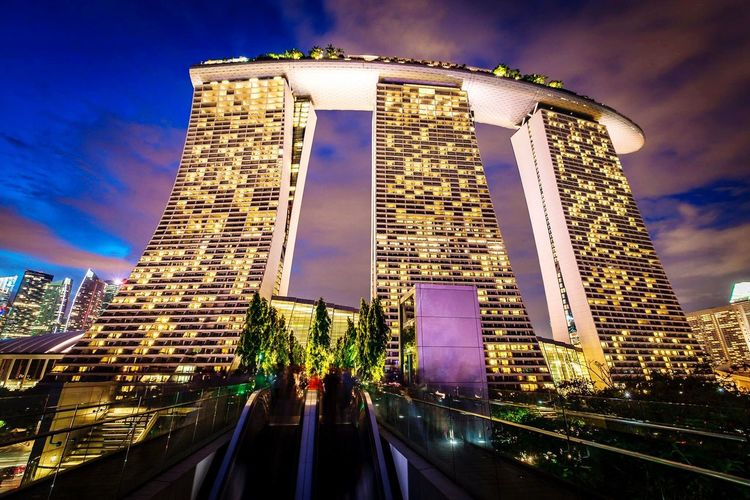 Showcase: December ➡️instagram➡️➡️@pandevonium⬅️⬅️⬅️Singapure, the capital of architecture porn! Love this place...it leaves me speachless Singapore Growing Better Architecture Architecture_collection Growth RePicture Growth Skyline Low Angle View Longexposure Twilight Illiumination Evening Building Built Structure Travel Singapore View Eyeem Singapore www.pandevonium.com My Best Photo 2015 Learn & Shoot: After Dark Cities At Night
