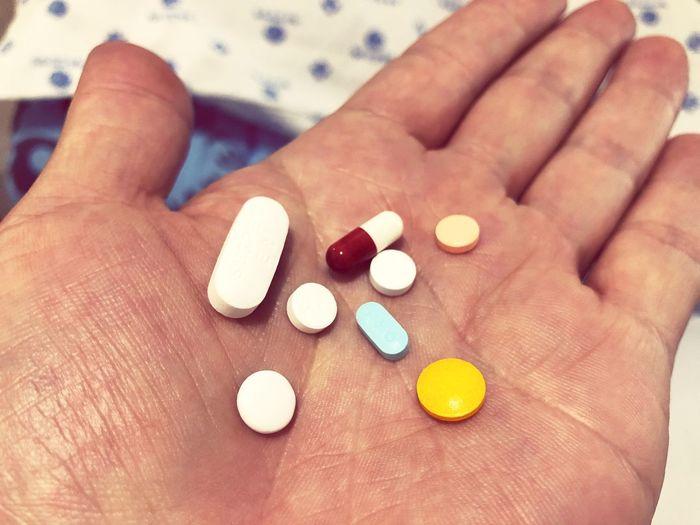 내 손 안의 알약 Tuburkis Phontograph Human Hand Hand Pill Human Body Part Healthcare And Medicine Dose Medicine Human Finger Vitamin Capsule Medical Condition