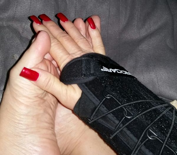 Booboo Girls Who Lift Weightlifting Overtraining Feet Fetish Feet Mani Red Nails Out Of Commission Hand Nailpolish Wrist Injury Sucks😡😡😡 well heres another injury going to take time to get over. Wont be the first. Or the last.