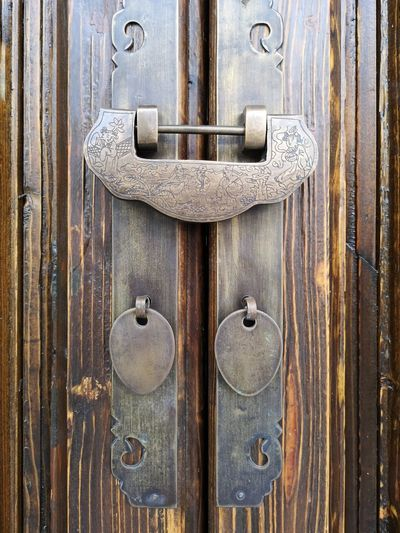 EyeEm Selects Latch Full Frame Backgrounds Wood - Material Textured  Lock Protection Old-fashioned Door Safety Locked Closed Door Love Lock Detail Doorknob Wooden Mail Slot Wood Water Drop Droplet Door Knocker Keyhole Entryway Door Handle Entry Padlock Front Door