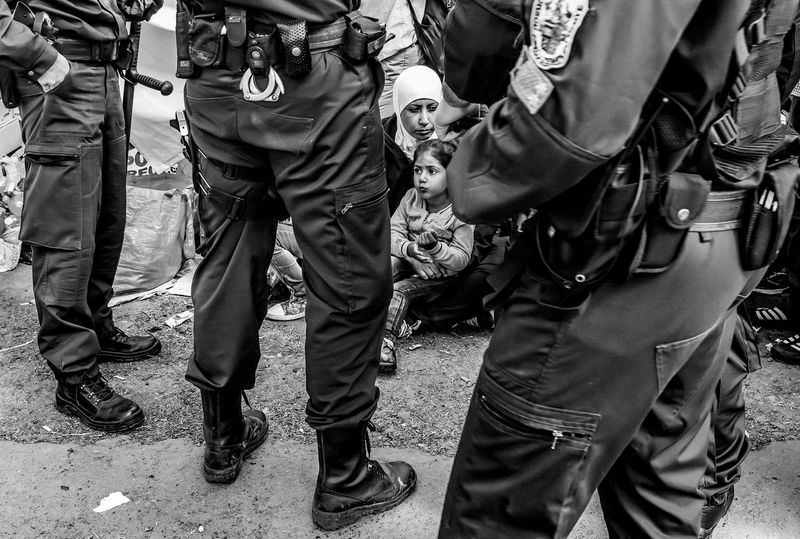 Untold Stories Refugees Refugeescampsite Police Catch Europe Black And White The Photojournalist - 2015 Eyeem Awar Photo People Photography