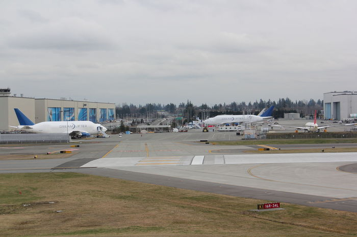 Werksgelände Boeing in Everett, Washington Aerospace Industry Air Vehicle Airfield Airplane Airport Airport Runway Architecture Boeing Factory Building Exterior Built Structure Cloud - Sky Commercial Airplane Day Land Vehicle Mode Of Transport No People Outdoors Runway Sky Stationary Transportation Travel