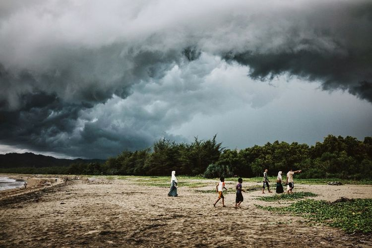 something's gathering up there ⛈ those impressive clouds and storms somehow make me love the rainy season Weather WeatherPro: Your Perfect Weather Shot Clouds And Sky Clouds Cloudporn Grey Sky Storm Storm Cloud Gathering Rainy Days Rainy Season Beach Beachphotography Beach Photography People Travel Photography Traveling ASIA INDONESIA Java The Great Outdoors - 2016 EyeEm Awards People Together The Great Outdoors - 2017 EyeEm Awards Live For The Story Lost In The Landscape An Eye For Travel